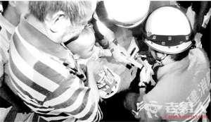 幼童食指塞入打气筒被卡住 消防员用尖嘴钳将打气筒切开